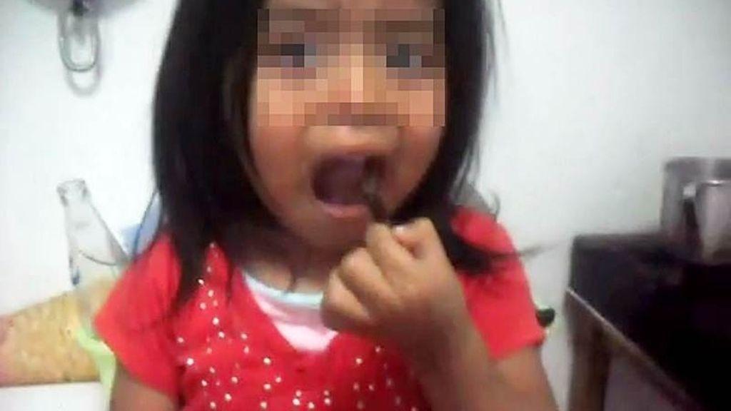 Una niña es obligada a comer cucarachas por su padre