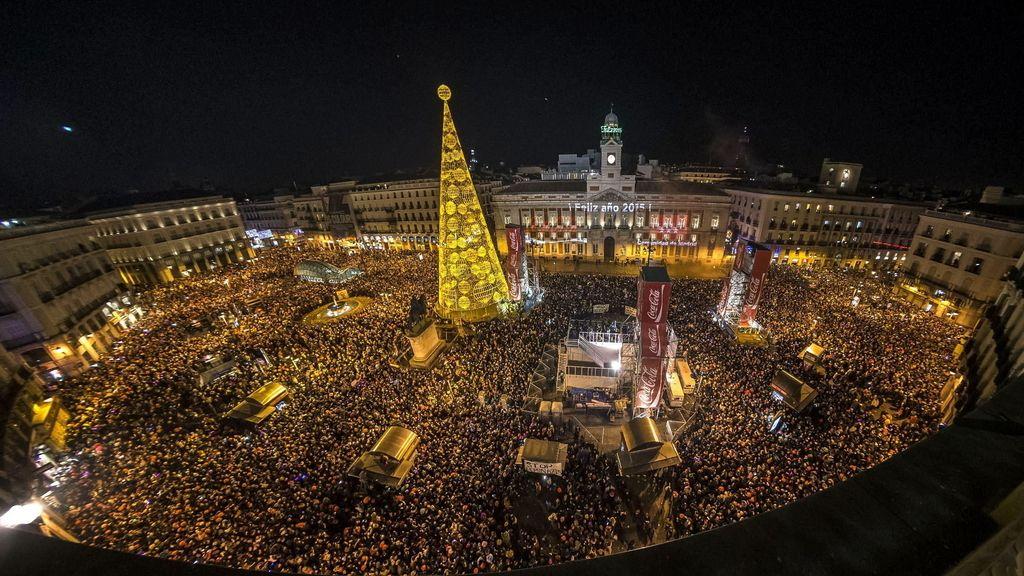 Una abarrotada Plaza Mayor da la bienvenida a 2015 en Madrid
