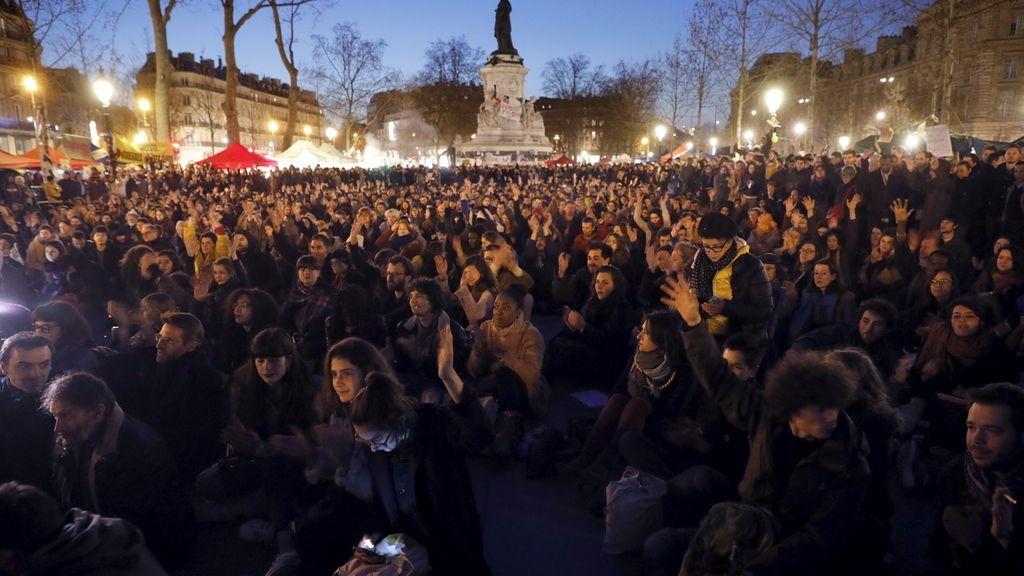 Cientos de personas se concentran frente a la vivienda de Manuel Valls