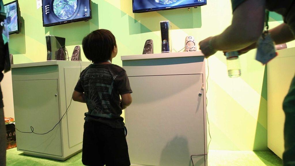 Niño juega a consola