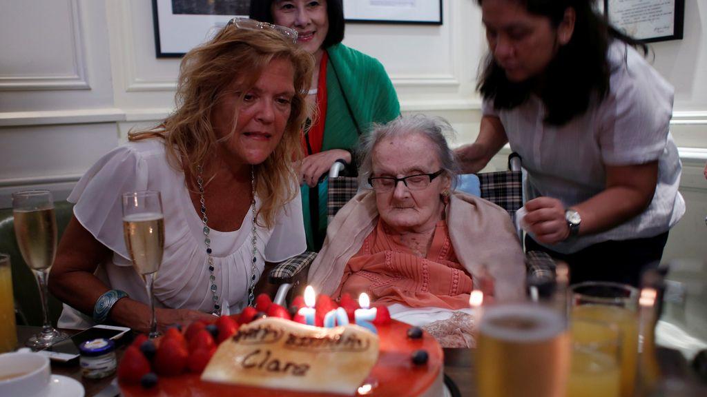 La periodista británica Clare Hollingworth durante su 105 cumpleaños