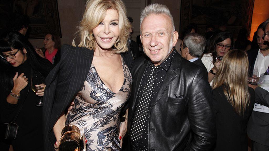 Bibiana Fernández junto al hombre de la noche, Jean Paul Gaultier