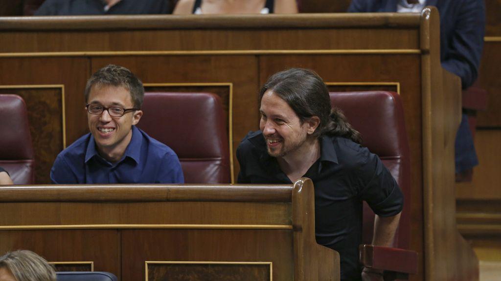 Iglesias y Errejón, escuchando el discurso de investidura de Rajoy