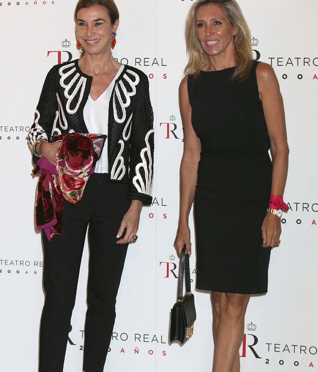 Carmen Posadas y Marta Robles, ambas de negro con toques de color