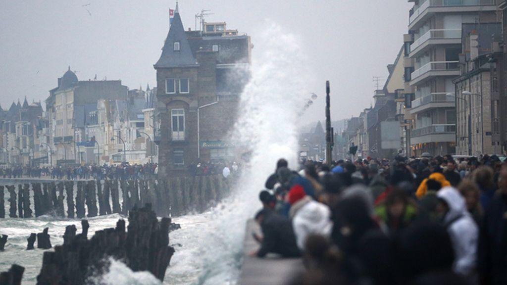 "La costa francesa se enfrenta a la ""marea del siglo"""