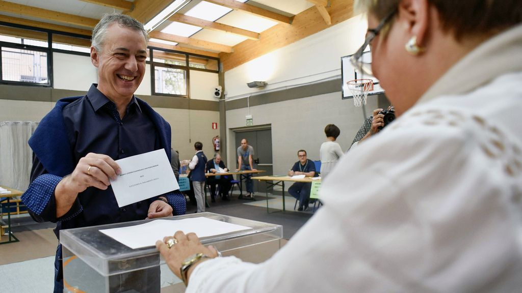 Iñigo Urkullu votando en la elecciones vascas 2016