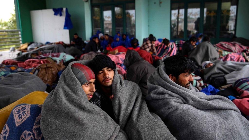 Refugiados y migrantes se acinan en una estación de petroleo abandonada en Serbia.