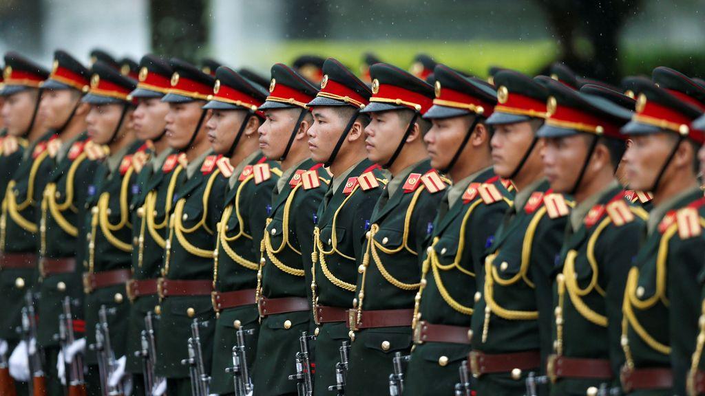 Los soldados firmes ante la llegada de Obama