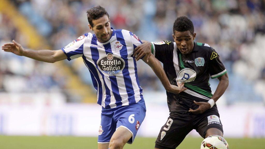 El centrocampista del Deportivo José Rodríguez (i) y el centrocampista caboverdiano del Córdoba, Héldon Augusto Almeida Ramos