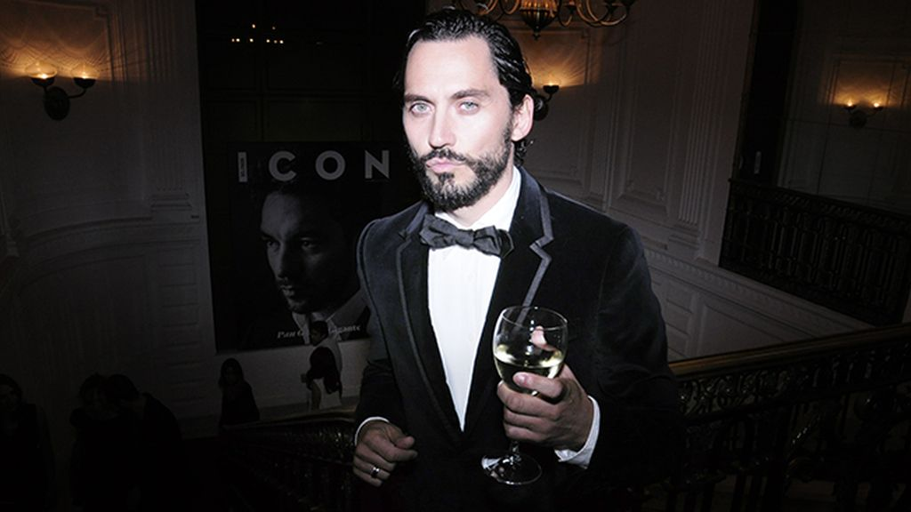 Paco León, vestido de Gucci, presumió de barba por exigencias del guión de su próximo trabajo