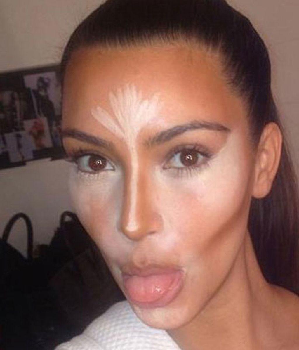 Hemos aprendido a hacer 'contouring' de la mano de Kim Kardashian