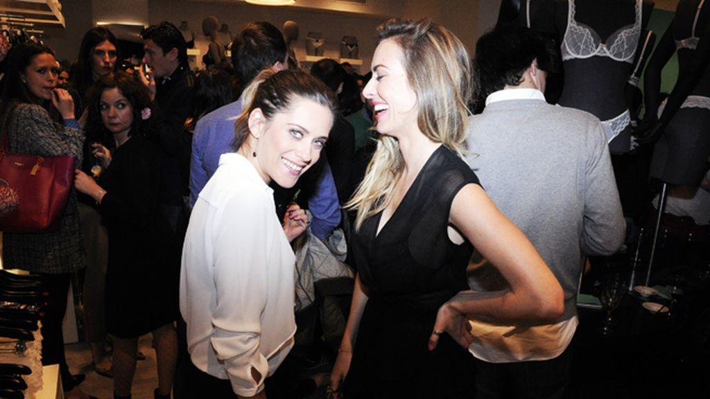 María León y Kira Miró compartiendo confidencias en plena fiesta