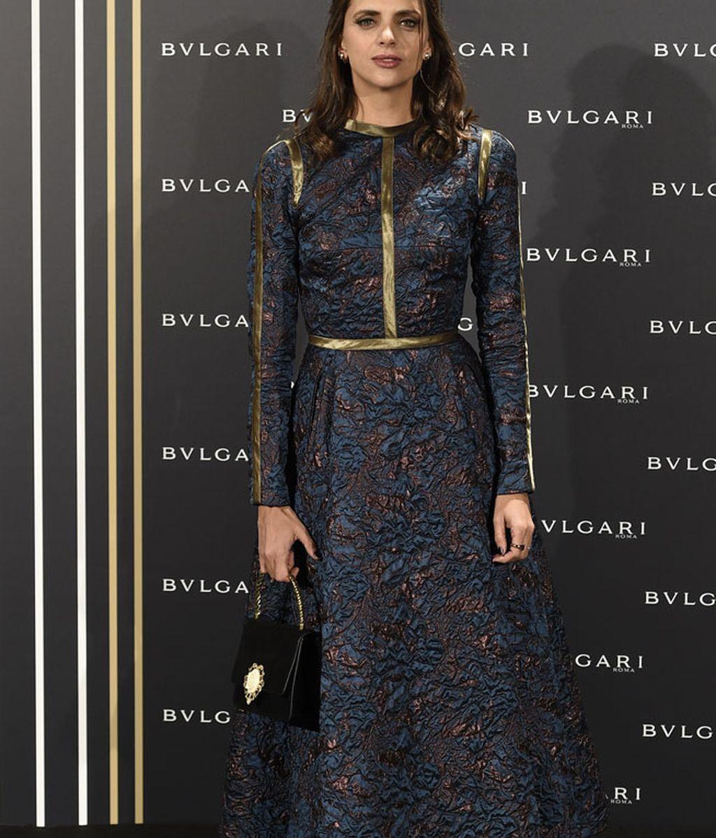 Macarena Gómez, vestido azul y cobre con ribetes dorados
