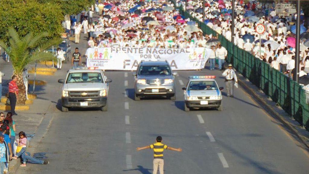 Un niño mexicano se interpone en una marcha homófoba en Guanajuato