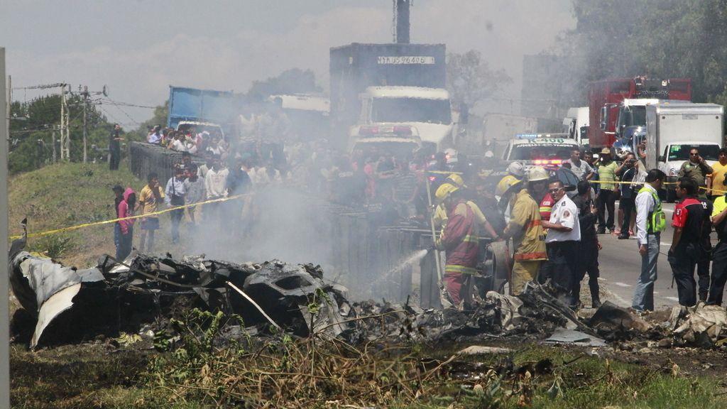 Mueren 5 personas al caer una avioneta en autopista de México