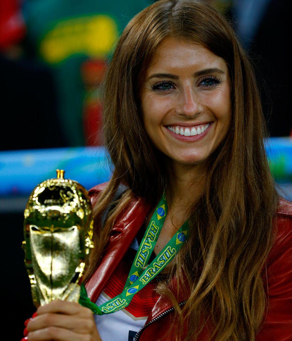 Cathy posó finalmente con la Copa del Mundo
