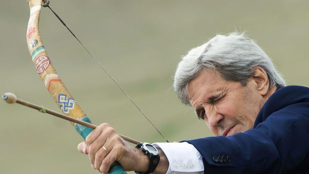 John Kerry se atre a disparar con un arco