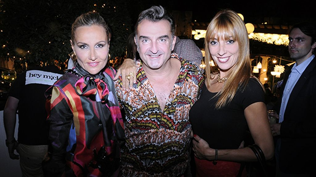 Clara Courel, vestida de Juan Vidal, posando con José Luis Santos y Raquel Carreras
