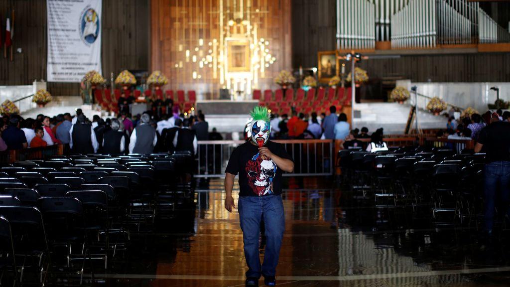 El luchador mejicano 'Mini Psycho' pasea por la Basílica de Santa María Guadalupe (28/08/2016)