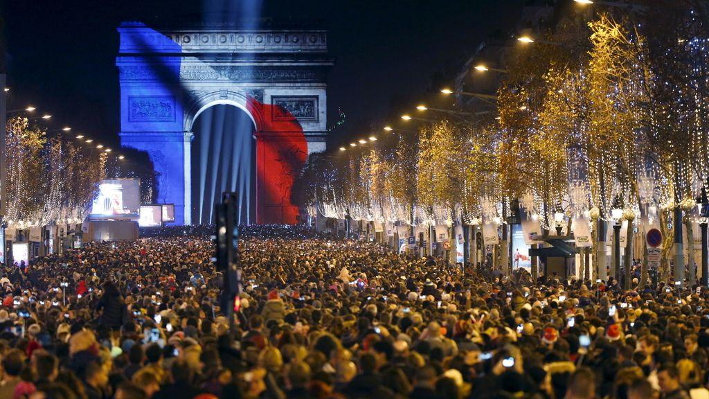 La bandera francesa se refleja en el Arco del Triunfo de París para recibir al 2016