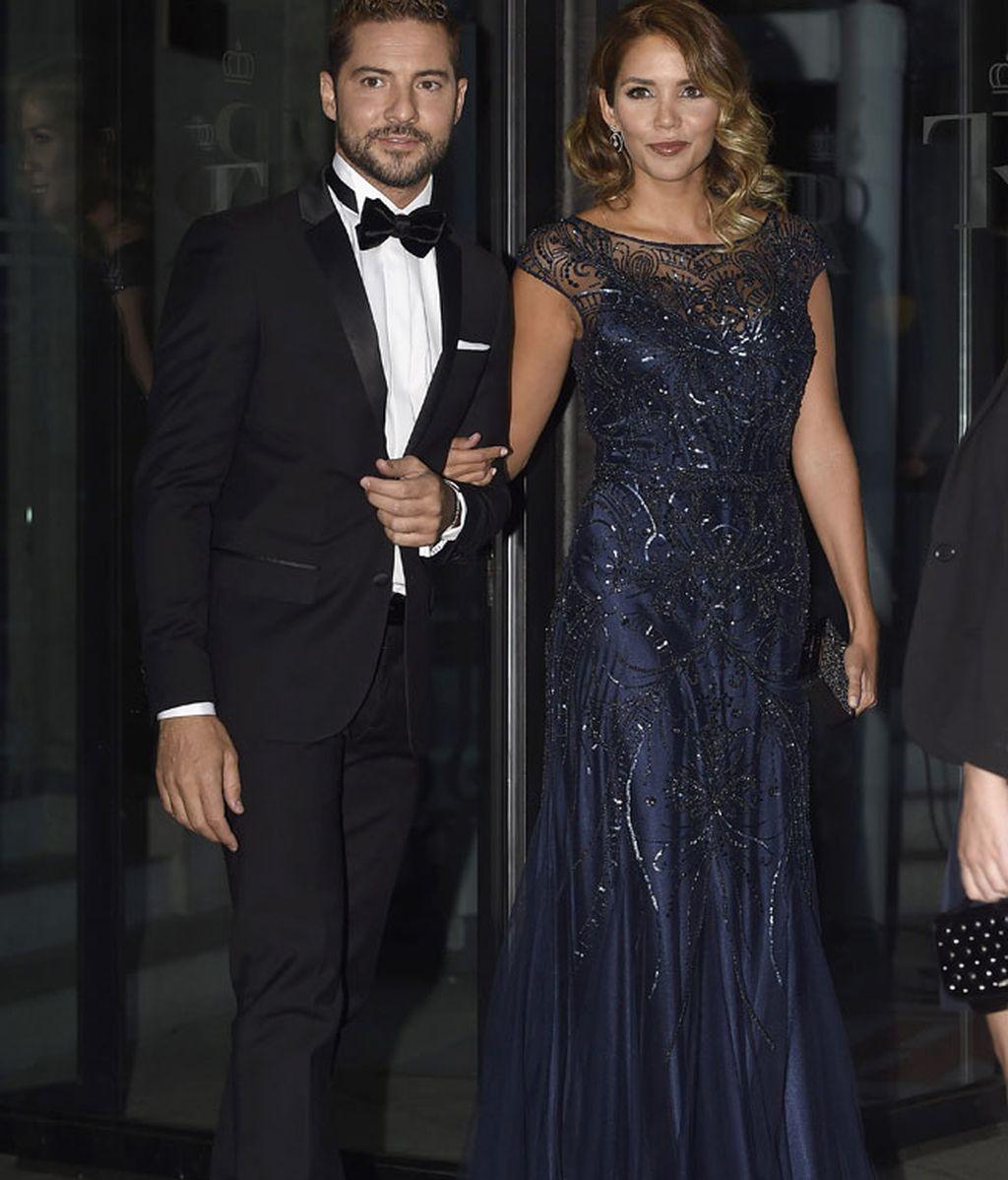 David Bisbal con esmoquin y Rosanna Zanetti con vestido azul de Rosa Clará