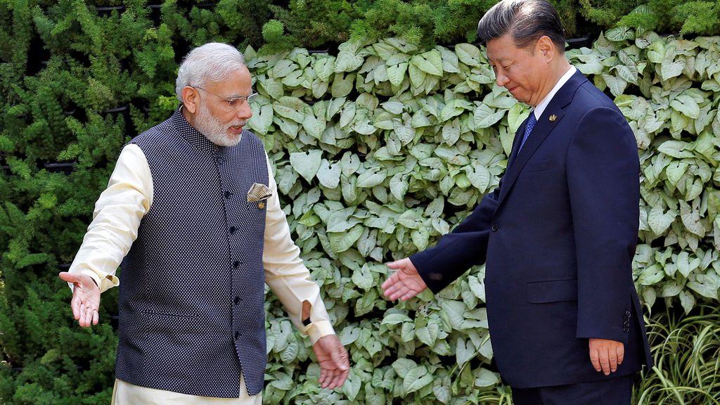 El primer ministro indio y el presidente de China durante la cumbre BRICS en Benaulim, India