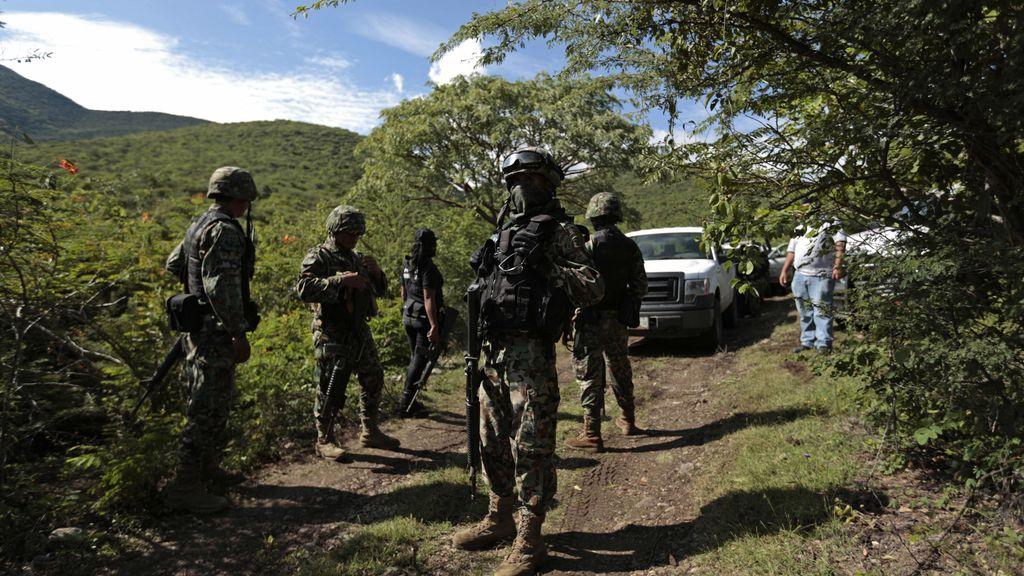 Policías cerca de las fosas encontradas