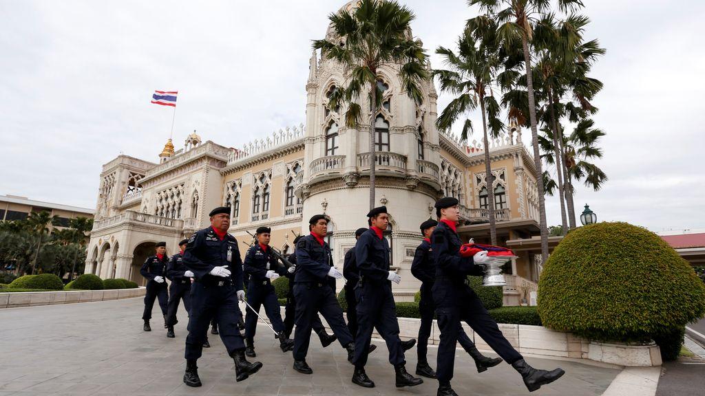 Los soldados muestran su pasión por la bandera tailandesa