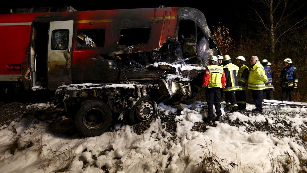 Dos muertos en el choque un tren de pasajeros y un camión en Baviera