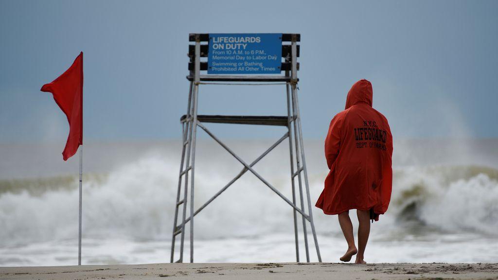 Trabajo intenso para vigilantes de la playa en Estados Unidos