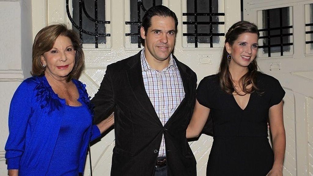Luis Alfonso de Borbón junto a las mujeres Santaella