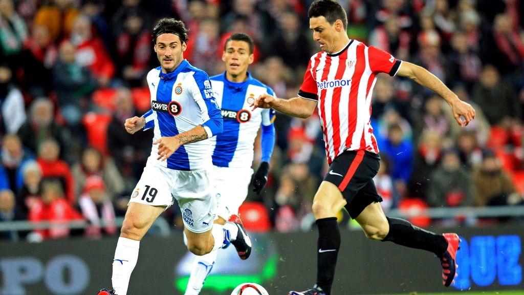 El delantero del Athletic Club, Aritz Aduriz (d), se dispone a golpear el balón ante el defensa argentino del Espanyol, Diego Daniel Colotto