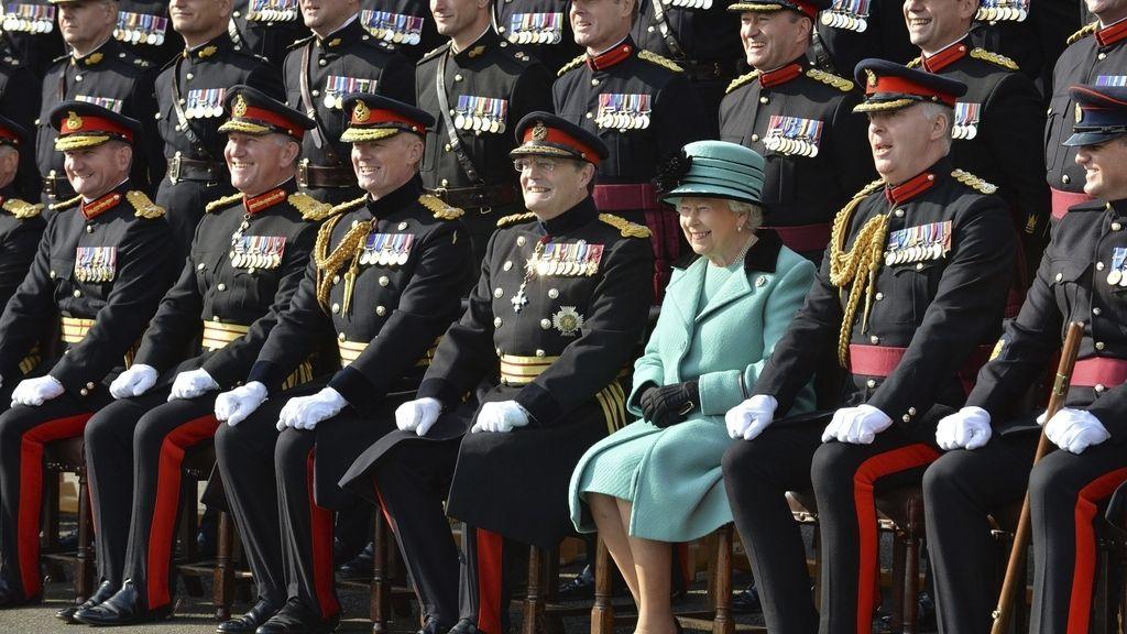 Isabel II visita el cuartel de Brompton