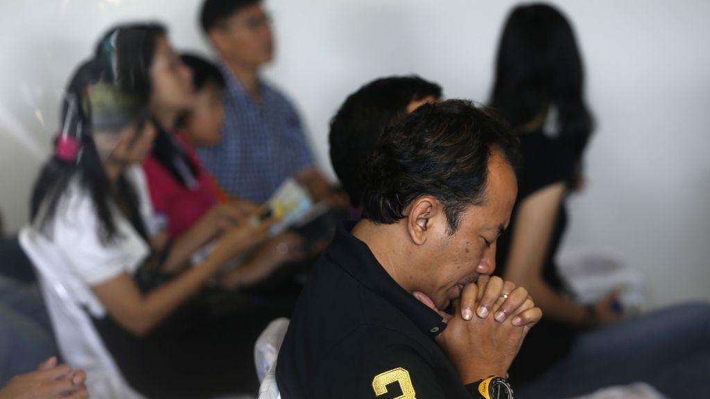 Familiares de los pasajeros del avión desaparecido en Indonesia