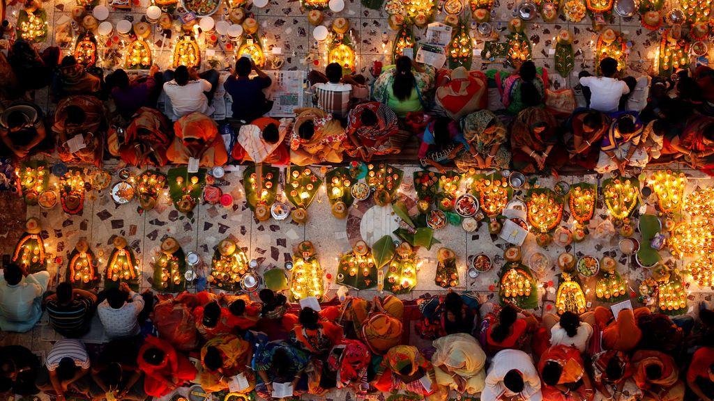 Devotos hindúes celebran el festival Rakher Upabash