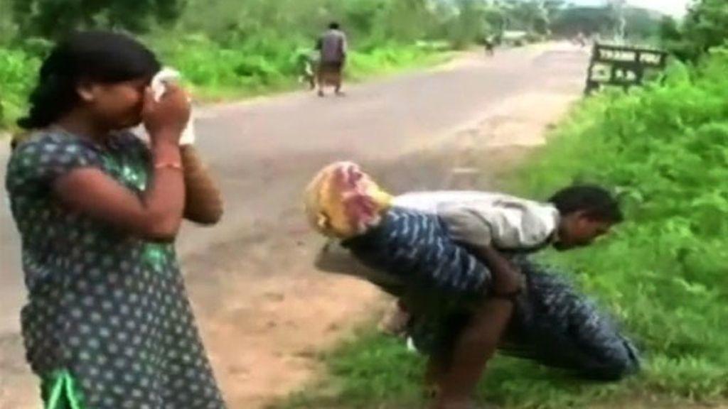 Un hombre lleva a hombros el cadáver de su esposa durante kilómetros