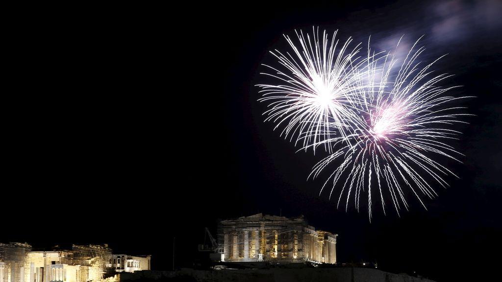 Fuegos artificiales en la Acrópolis de Atenas