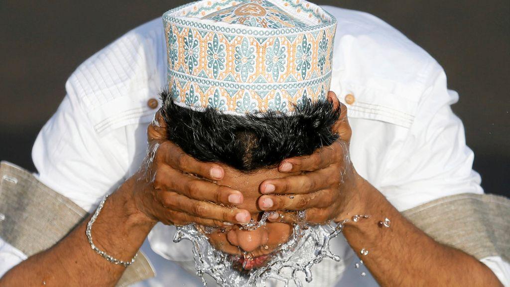 Un musulmán se lava antes del último rezo que cierra el Ramadán
