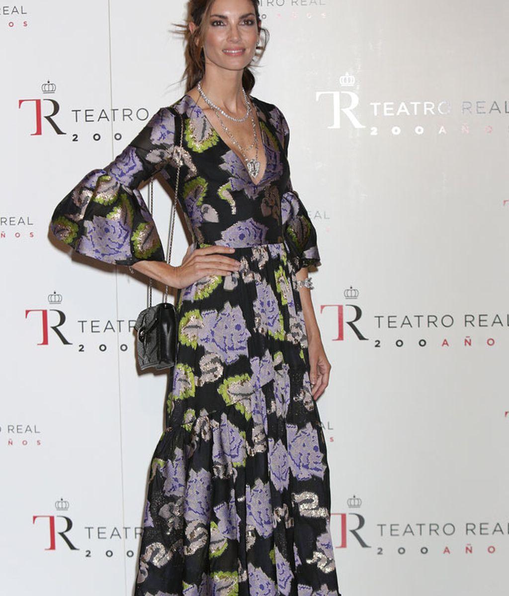 Falda estilo cincuentero y mangas con volantes, el vestido floral de Eugenia Silva