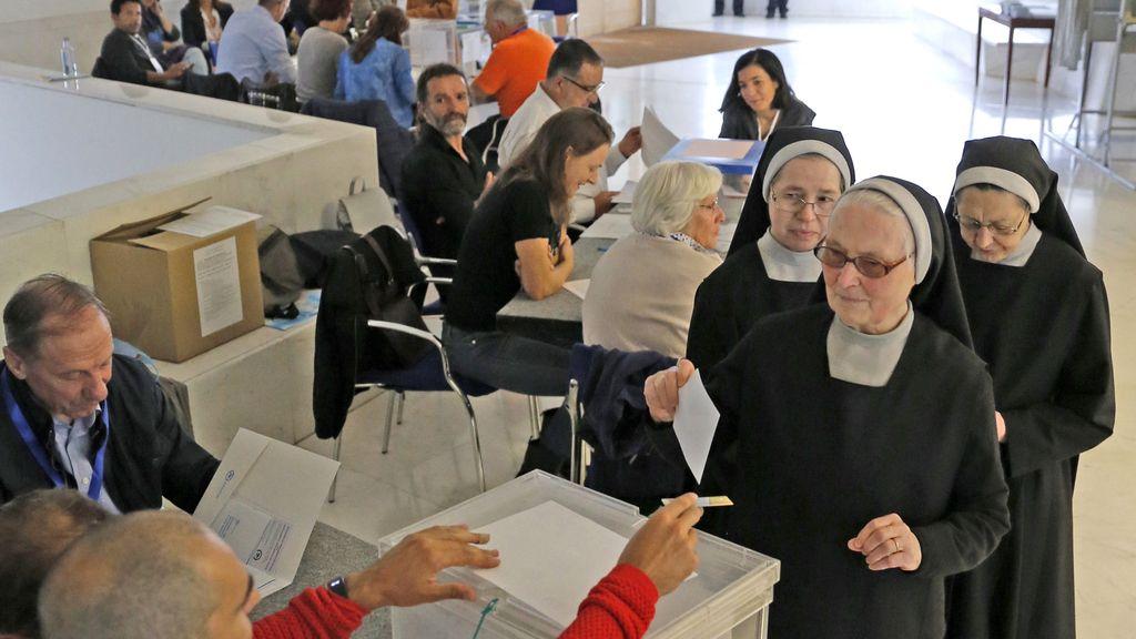 Un grupo de monjas votan en Santiago el 25-S