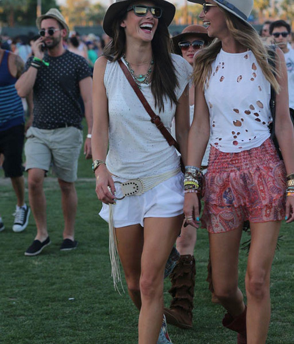 Alessandra Ambrosio con shorts y sombrero