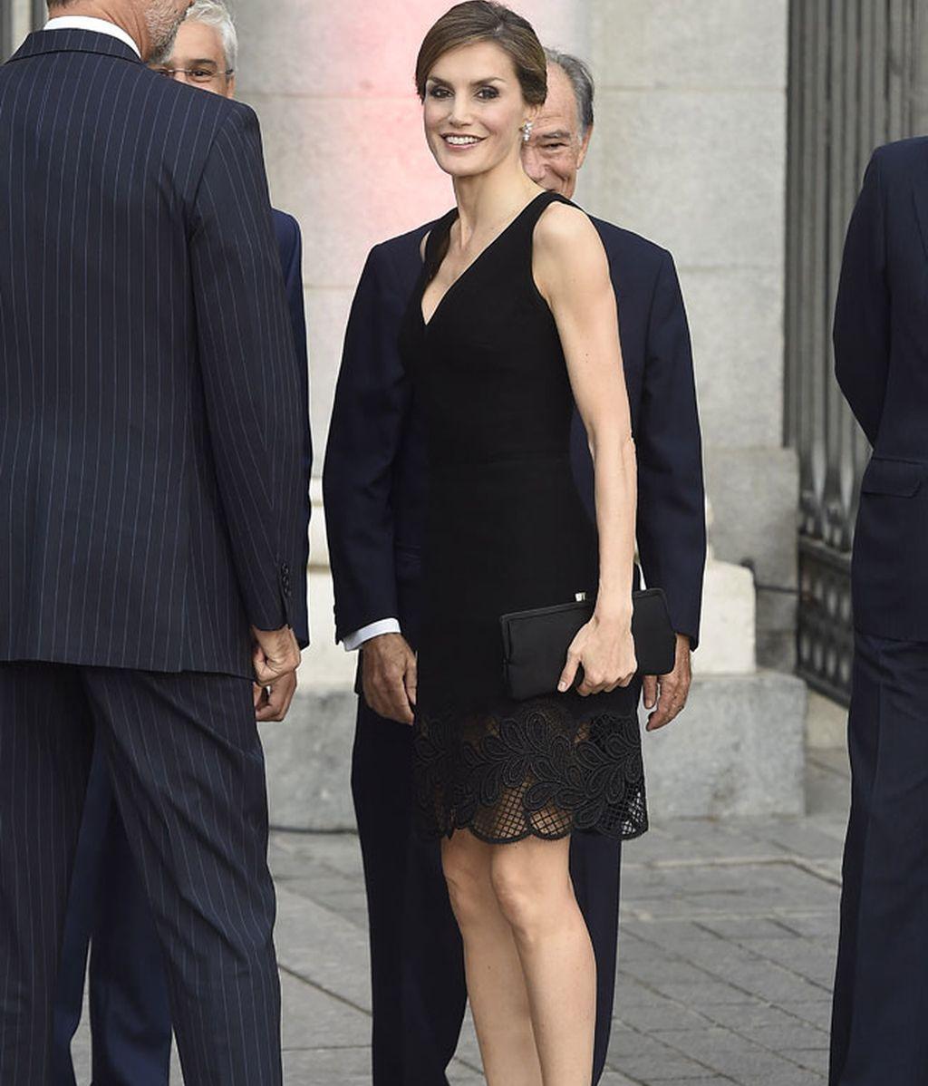 La Reina eligió un 'total look' en negro con zapatos de charol