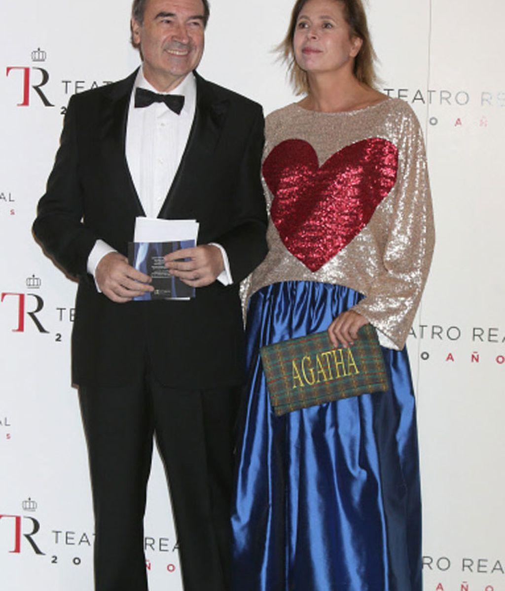 Pedro J. Ramírez y Ágatha Ruiz de la Prada con un diseño propio