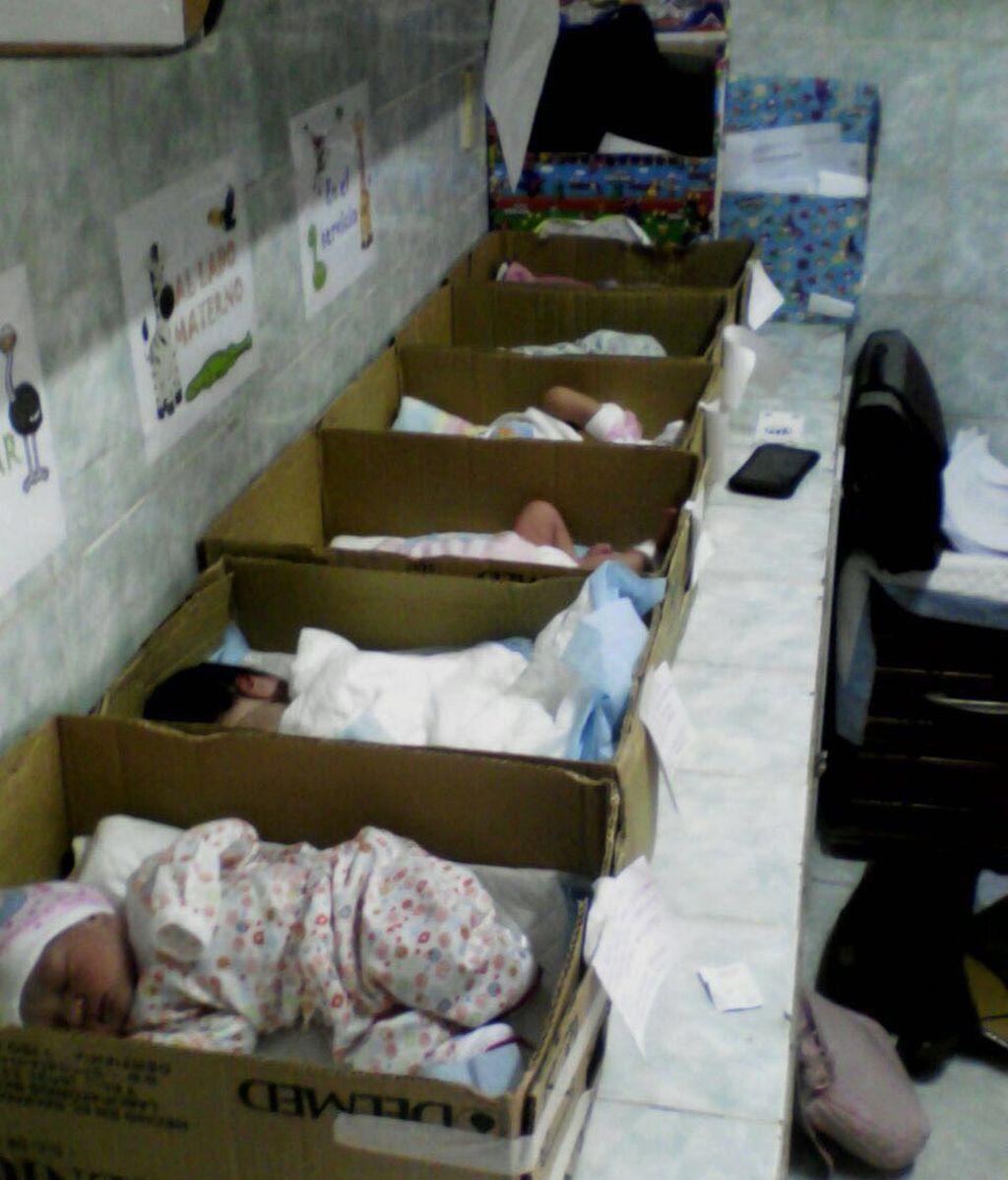 Los recién nacidos, en cajas de cartón en un hospital de Venezuela