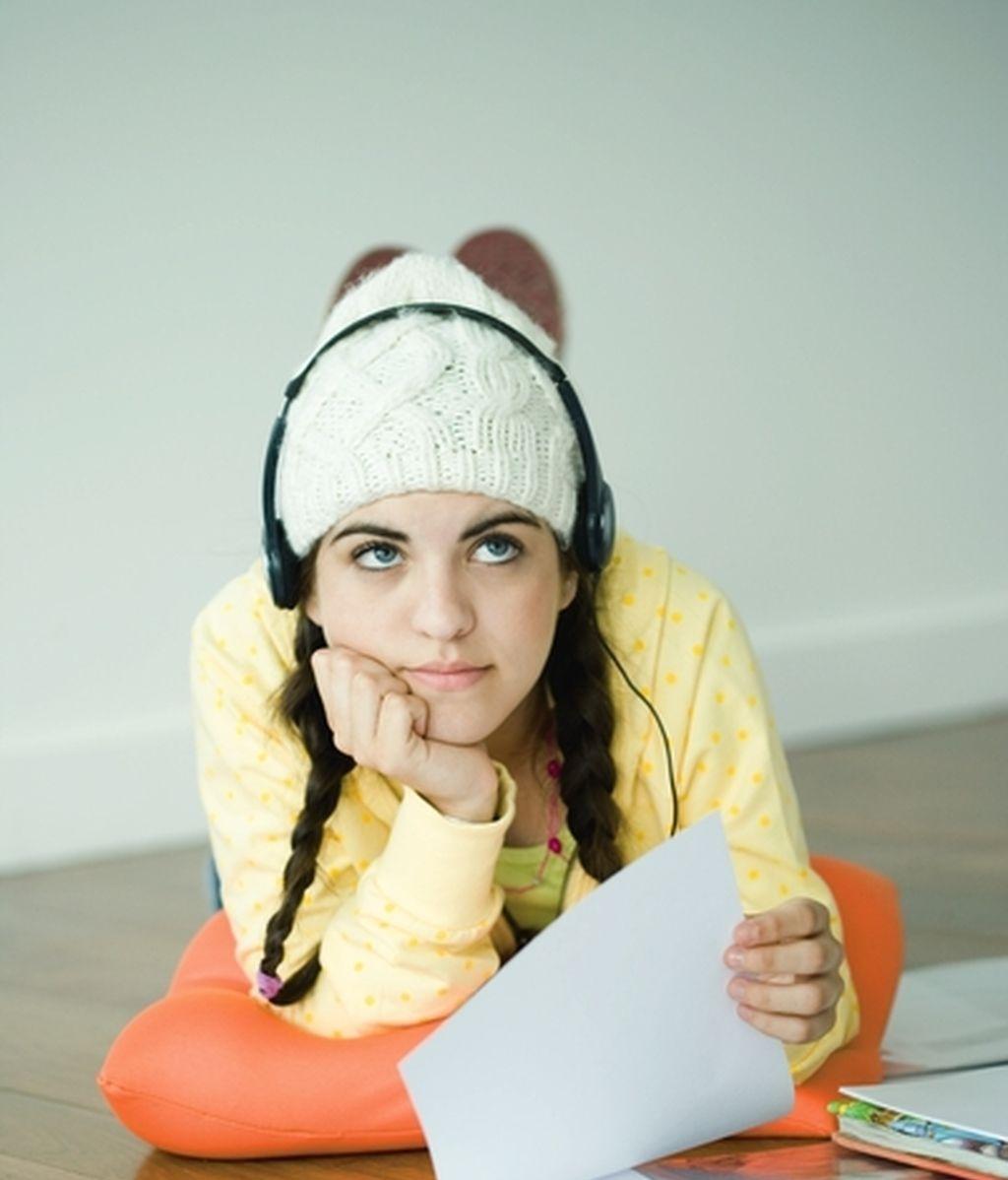 Una chica escuchando música