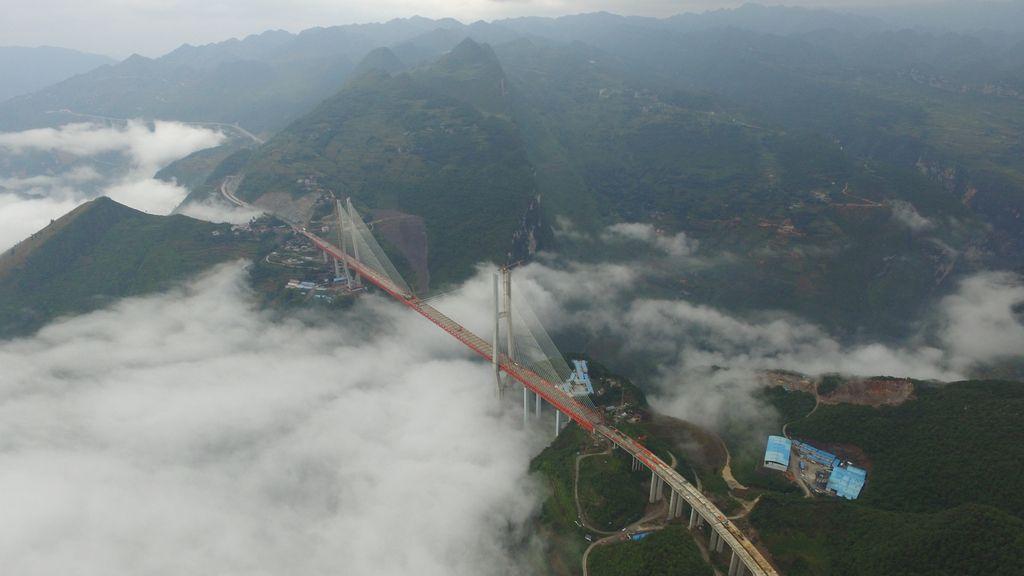 Un puente en construcción, desde el aire