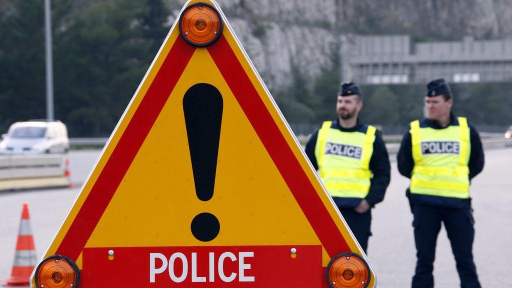 La policía francesa en la frontera de La turbine