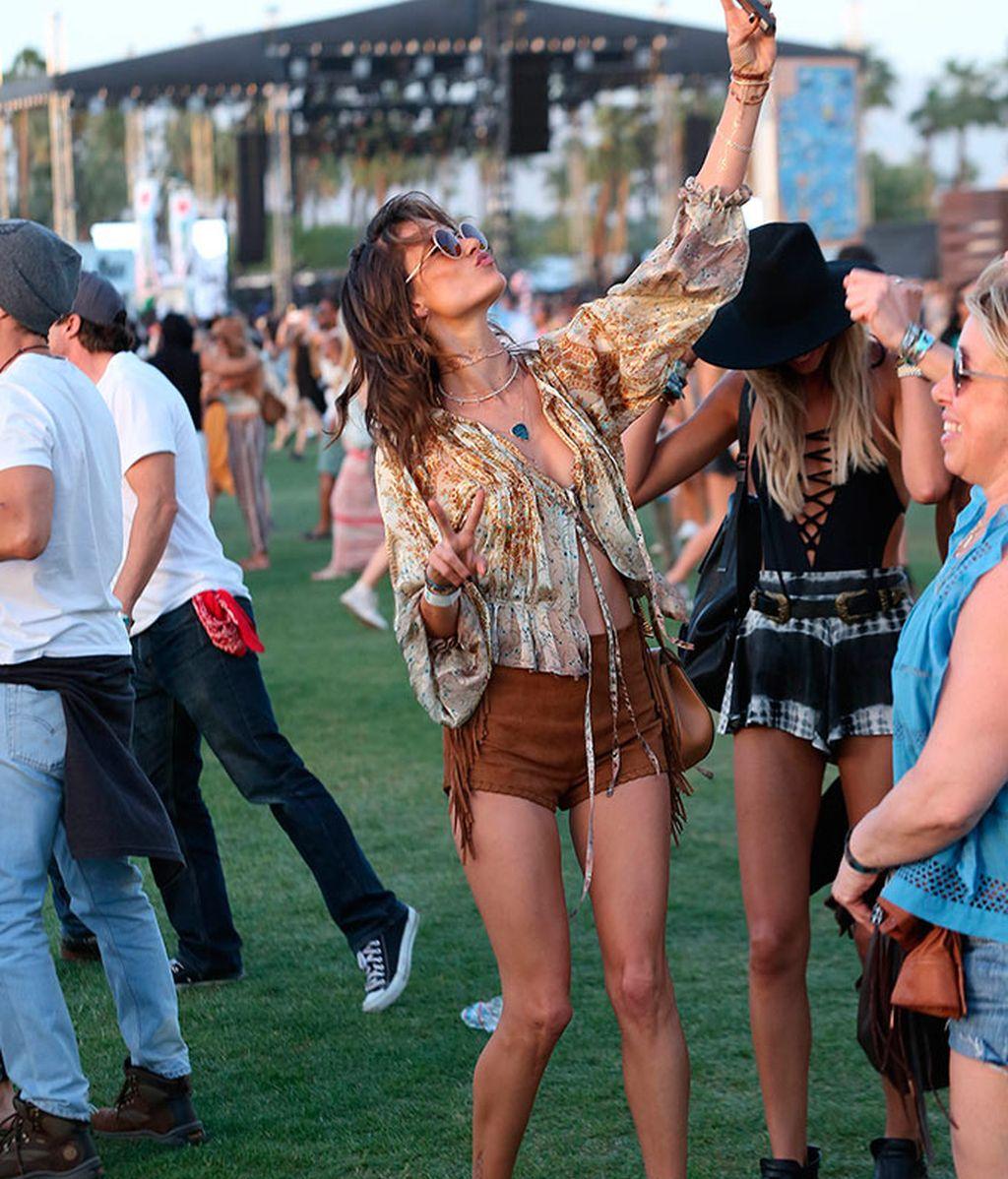 Alessandra Ambrosio haciendo un selfie