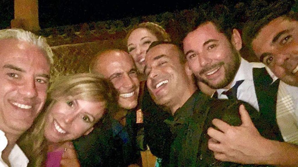 Divertido selfie de grupo al que se apuntaron Miguel Poveda y Lara Dibildos