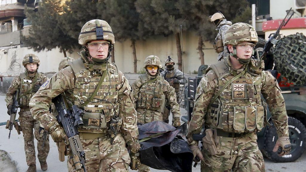 Soldados británicos llevan el cadáver de una víctima